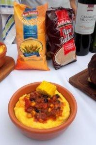 Receta de polenta con estofado de chivito y maíz bicolor.
